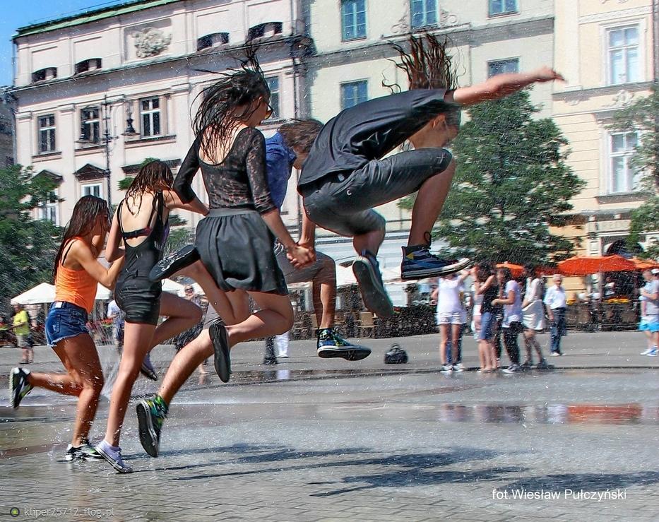 Kraków street photo...pod kurtyną wodną na Krakowskim Rynku
