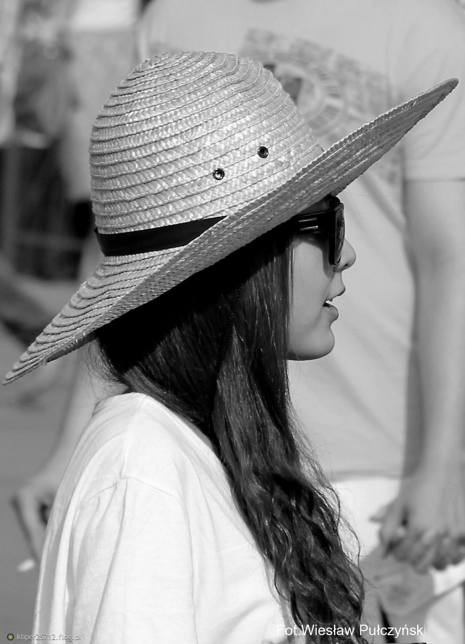 Kraków street photo....dziewcze w kapeluszu